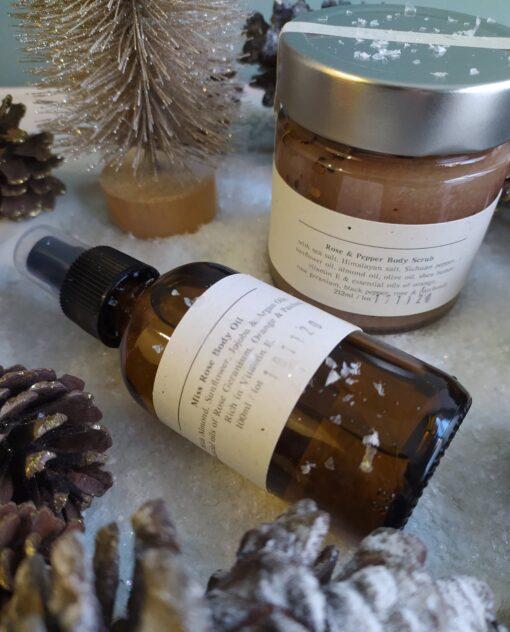 Πακέτο δώρου με Miss Rose Body oil 100ml και Body Scrub Rose & pepper/ Τριαντάφυλλο – πιπέρι 212ml